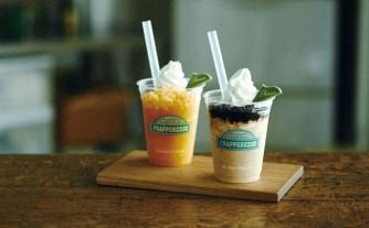 ダブルマンゴー フラペレッソ(左)、プレミアムコーヒー フレペレッソ(右)
