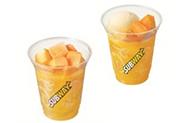凍らせマンゴのオレンジジュース(左)、凍らせマンゴのオレンジフロート(右)