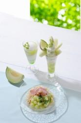 茨城県産メロンと燻製生ハムの冷製パスタ(手前)、茨城県産メロンのパフェ(奥右)、COZYスムージー(茨城県産メロン)(奥左)