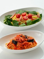 サラダほうれん草とベーコンのペペロンチーノ(上)、ナスとベーコンのトマトソース(下)