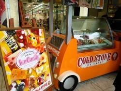 新宿アルタ前に設置されたコールドストーンの移動販売車