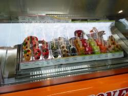 冷凍ケースに並ぶアイスキャンディ