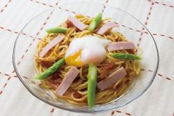 冷やしナポリタンスパゲティ(温泉玉子のせ)