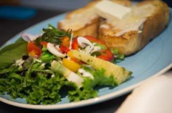 季節のサラダと2種のチーズのぜいたくプレート