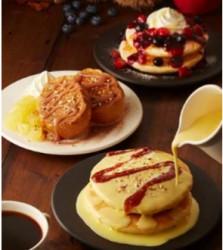 T's パンケーキ カスタードキャラメル(手前)、T'sフレンチトースト マロンアップル(中央)、T's パンケーキ ダブルベリーハニー(奥)