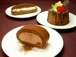 ココアロールケーキ(手前)、ココアシフォンケーキ(右)、ココアシューエクレア(奥)