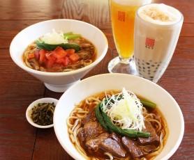 牛肉麺(手前)、トマト牛肉麺(奥)