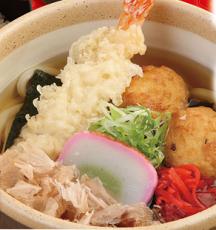 杵屋のたこあげうどん。単品769円(税抜き)、かやくご飯かいなり寿司をセットにした定食が917円。