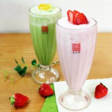 柚子抹茶スムージー(左)、フレッシュストロベリーティースムージー(右)