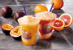インドネシア産パッションフルーツを使った「パッションフルーツ&アッサムティー アイスブレンディッド」(左)と、シチリア産ブラッドオレンジを使った「ブラッドオレンジ&アッサムティー アイスブレンディッド」(右)