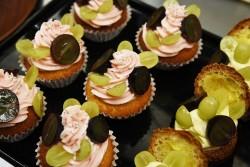 2種類のぶどうを使った新スイーツ。Cupcake aux raisin et à la pêche~カップケーキ・オ・レーズン・エ・ア・ラ・ペーシュ~(左)、Chou au fromage et raisins~シュー・オ・フロマージュ・エ・オ・レーズン~(右)