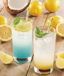 鮮やかなブルーの「ココナッツウォーターとシチリアレモンのブルーレモネード」(左)、ダブル柑橘の「ゆず薫るシチリアレモントニック」(右)