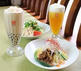 スパイシーな「麻辣豆乳涼麺」(手前)、サラダ感覚な「塩鶏香菜涼麺」(奥)