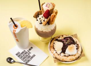 マックスブレナーならではの夏限定チョコスイーツ。左から、ソルトパインチョコテール、ラグジュアリーミルクシェイク、マックスアイスチョコレートピザ