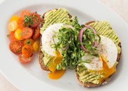 アボカドペーストと半熟卵の「アボカドトースト」