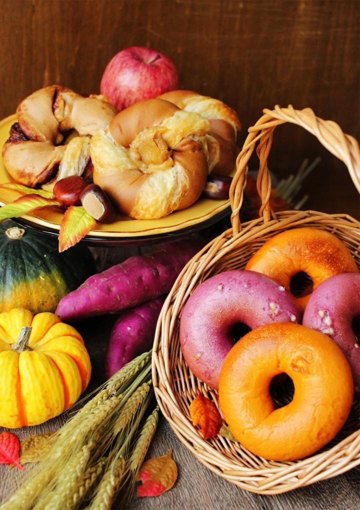 キャラメルパンプキン(手前の籠内前列と後列)、紫いもホワイトチョコ(手前の籠内中央)、クロワッサンベーグル アップルパイ(後ろの皿内左)、クロワッサンベーグル マロン(後ろの皿内右)