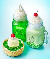 ミニチーズタルト クリームソーダ(左手前)、PABLOフルーテ クリームソーダフルーテ(右)、PABLOツイスト クリームソーダ(左奥)