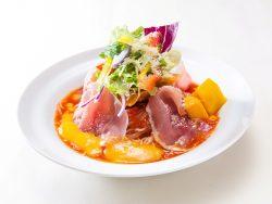マンゴーと生ハムのよくばりトマト冷麺