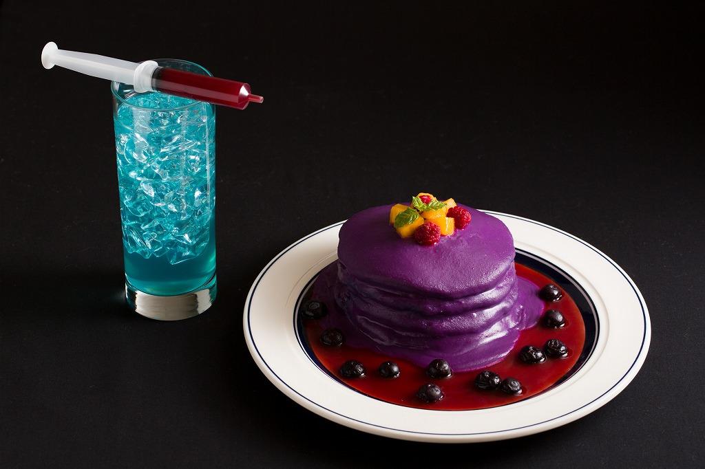 ハロウィン限定の「ハロウィンスペシャルパンケーキ」(右)と「ハロウィンスペシャルドリンク」(左)