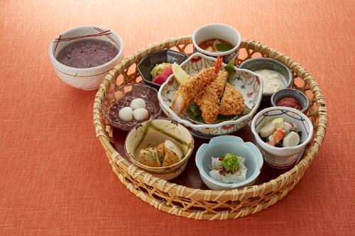 ヒレかつ、海老フライまたは牡蠣フライ、豚しゃぶロール、長芋フライ、海老とホタテのサラダ、茶碗蒸し、南高梅、漬物、甘味をかご盛りにした「季節の花かご膳」