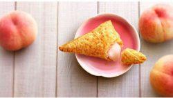 """和歌山県産の桃""""白鳳""""を使った「三角ももクリームパイ」"""