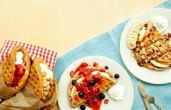 アメリカンワッフルプレート キャラメルグラノーラwithフレッシュバナナ(右上)、アメリカンワッフルプレート チーズムースwithダブルベリー(中央)、アメリカンワッフルサンド チーズムースストロベリー(左)、アメリカンワッフルサンド ダブルクリームグラノーラ(左から2番目)