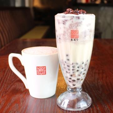 アイスの「タピオカ小豆ミルクティー」(右)と、ホットの「タピオカ小豆ラテ」(左)