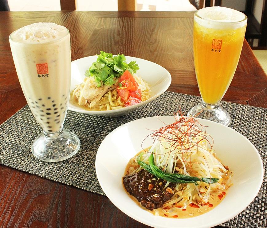 台湾のローカルフード温かい汁なし麺「乾麺(ガンメン)」。麻辣担々乾麺(手前)、塩鶏香菜乾麺(奥)