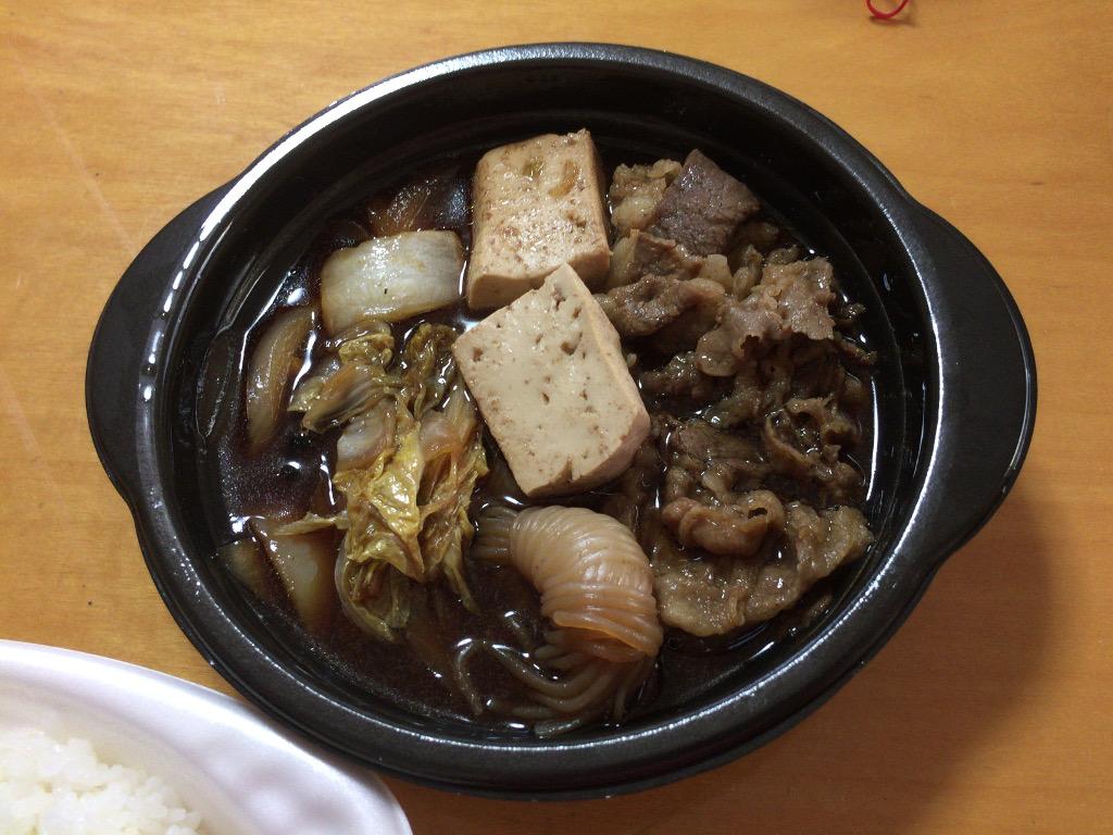牛肉、白菜、玉ねぎ、しらたき。見た目以上に肉のボリュームはある