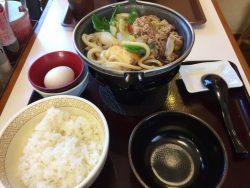 牛すき鍋定食、並盛が680円。火が使えない店舗では牛すき焼き丼が590円。