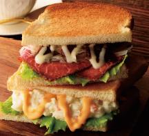 2つのサンド ローストビーフとチーズポテト