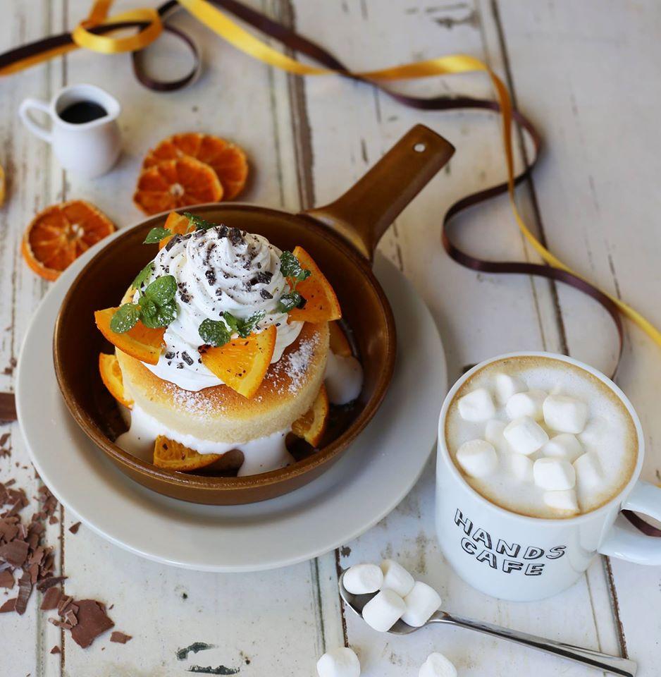 オレンジショコラパンケーキ(左)、マシュマロホワイトモカ(右)