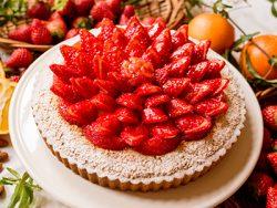 イチゴとアーモンドババロアのタルト~ホワイトチョコレート風味~