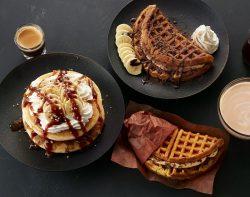 T's パンケーキ エスプレッソクリーミーキャラメル(左)、アメリカンワッフルプレート トリプルチョコカスタード with フレッシュバナナ(上)、アメリカンワッフルサンド チョコチップカスタード(下)