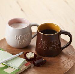 「グッドデーマグ(ミルクグレー)」(左)、「グッドコーヒーマグ(ブラウン)」(右)