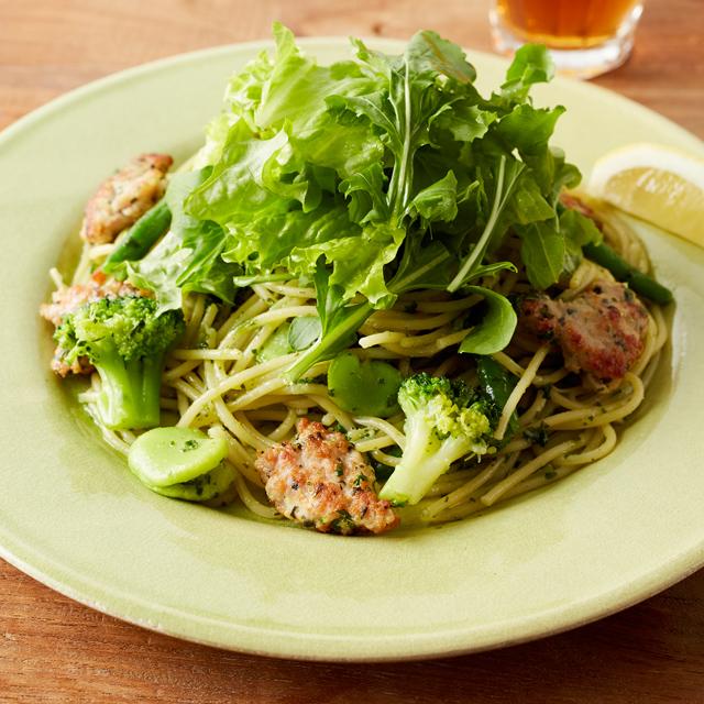 グリーンサラダと大葉のジェノベーゼパスタ