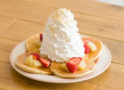 梨とイチゴのハニーパンケーキ