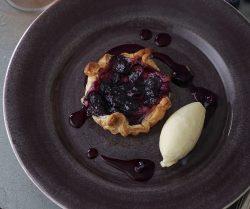 ブルーベリーのラフィネクリームパイ バニラアイス添え
