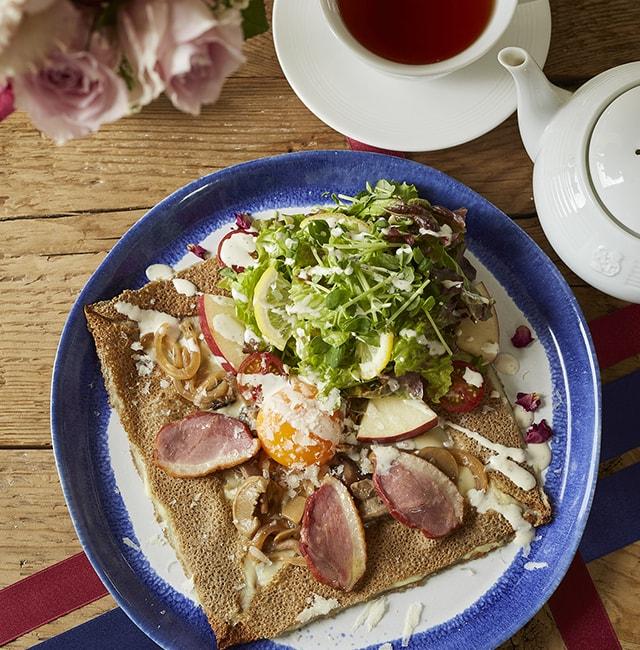 紅茶鴨スモークとチーズのサラダガレット