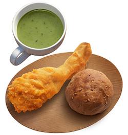 バランスセット。左があったか野菜スムージー 国産鶏がらスープと9種の野菜、右がブランパン