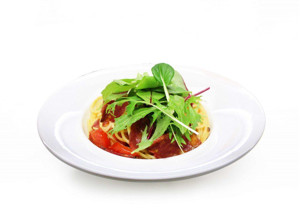 パストラミビーフとトマトのオーリオソースパスタ