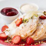 """【2/16】ホワイトデーは赤と白で""""ピュアな愛情""""。サラベス「ベリーホワイトチョコレートパンケーキ」"""