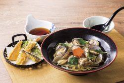 殻付きあさりのあご出汁うどんと春野菜天ぷら